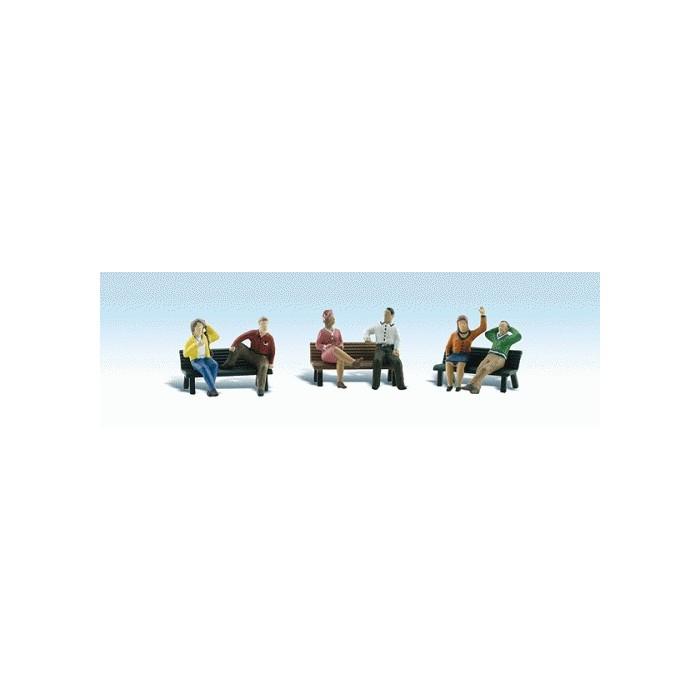 Personnages sur bancs avec les bancs